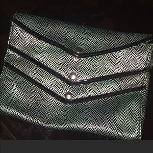 Handbags - 5️⃣for$20  Reptile Green Clutch